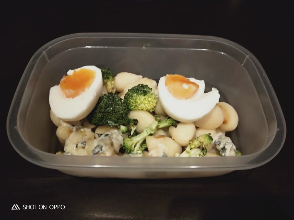 Gnoccis con brócoli, gorgonzola y huevo al punto