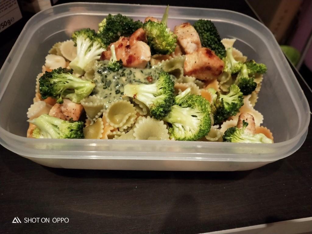 Pasta con brócoli, pesto y pollo